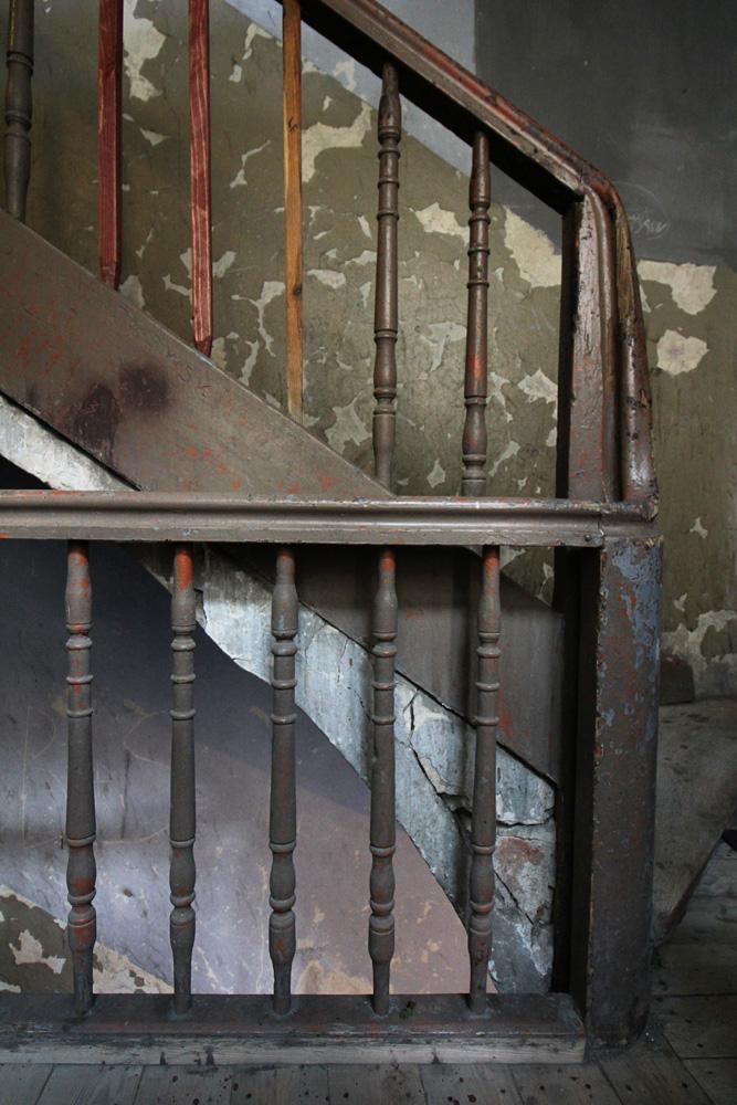 Brzeska 4 - skromniejsza drewniana klatka schodowa