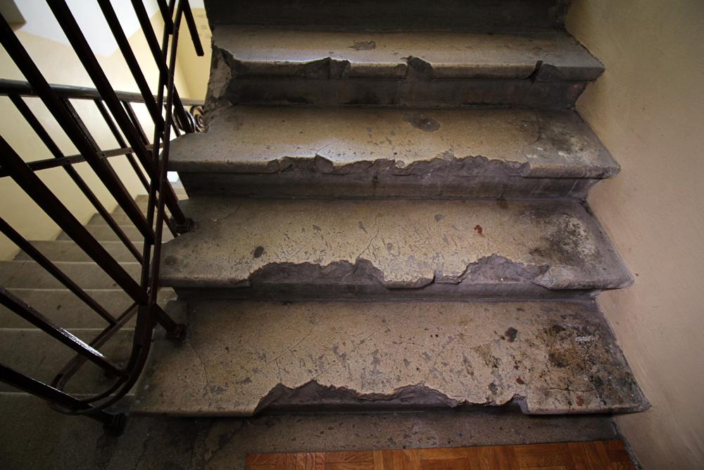 Wileńska 59 - schody zniszczone przez pocisk.