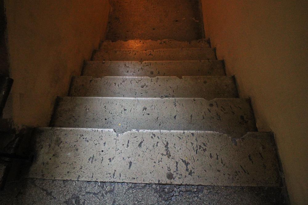 Wileńska 59 - nawet schody prowadzące do piwnic są zniszczone przez odłamki.