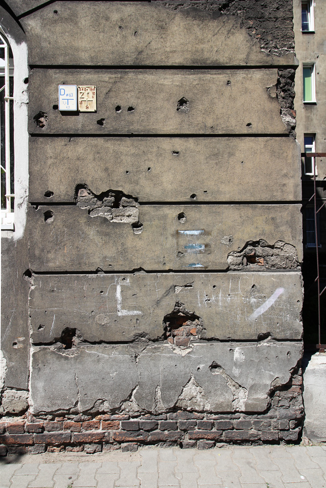 Wileńska 59 - ślady po pociskach widoczne od strony ulicy.