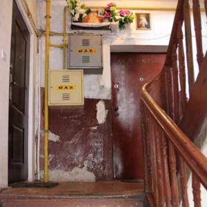 Brzeska 19 - kapliczka na klatce schodowej