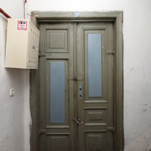 Drzwi do jednego z mieszkań