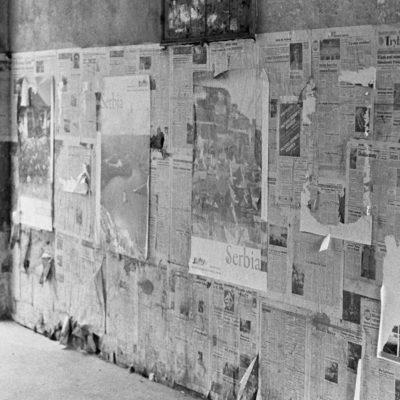 Ząbkowska 6 brama ze starymi gazetami