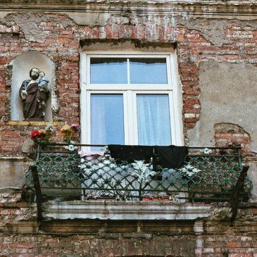 Figury świętych nafasadzie budynku przy ul.Bródnowskiej 14