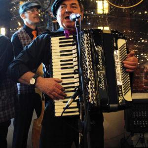 Wieczorem zaś w Artbistro Stalowa52 odbył się koncert Kapela Praska (kapelapraska.pl)