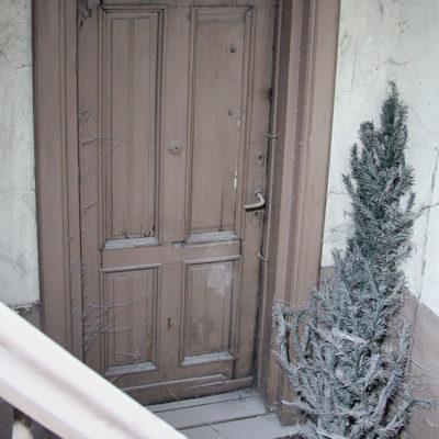 Drzwi wejściowe do mieszkania w bocznej klatce schodowej (na tej futrynie znajduje się ślad po mezuzie) - Jagiellońska 22