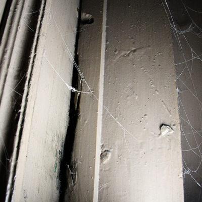 Ślad po mezuzie na drzwiach wejściowych do mieszkania w bocznej klatce schodowej - Jagiellońska 22