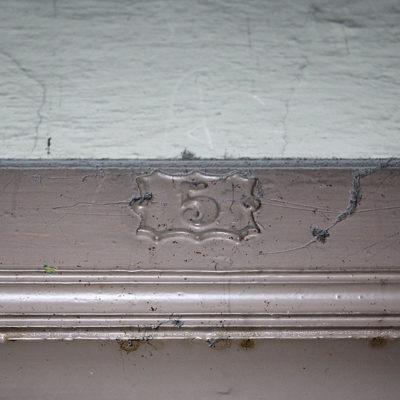 Nad drzwiami większości mieszkań zachowały się tabliczki z numerkami. - Jagiellońska 22