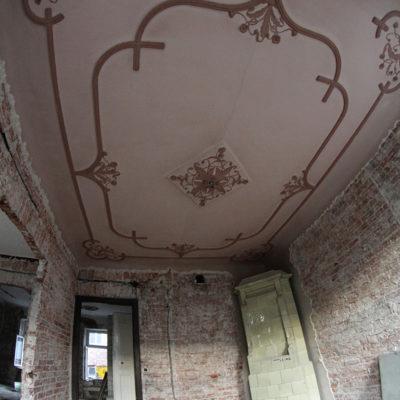 Zdobienia na suficie w jednym z mieszkań we frontowej części kamienicy. - Jagiellońska 22