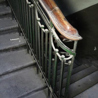 Zdobiona barierka we frontowej części kamienicy - Jagiellońska 22