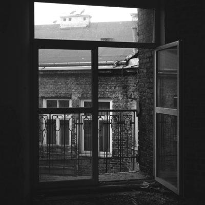 Od strony podwórza zachowały się jeszcze niektóre zdobione balkony. - Jagiellońska 22