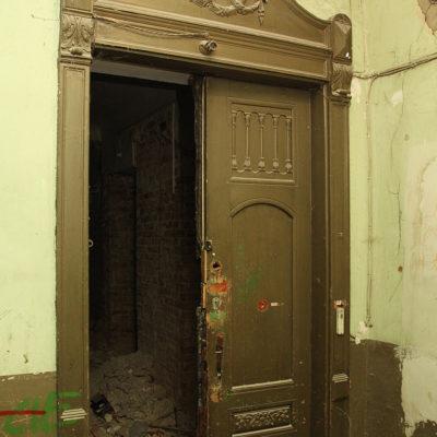 Zdobienia nad drzwiami wejściowymi do mieszkań we frontowej części kamienicy - Jagiellońska 22