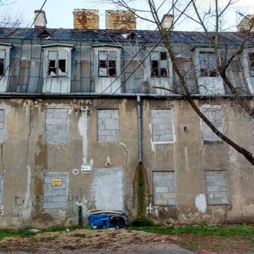 Skromna opuszczona kamieniczka Gocławska 10