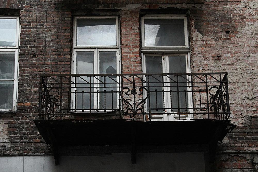 Targowa 48 - zdobiony balkon widoczny od podwórza.