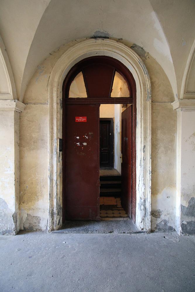 Brzeska 4 - wejście na główną klatkę schodową z przejazdu bramnego