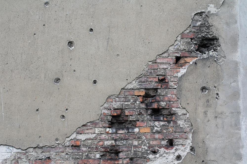 Brzeska 4 - ślady po pociskach na ścianach od strony podwórza.