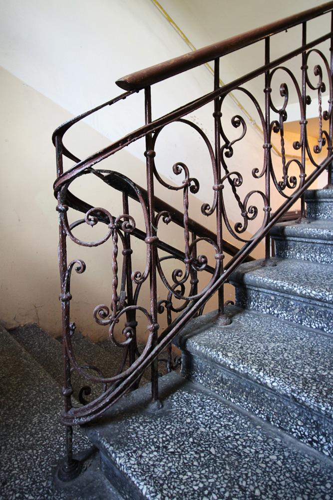 Brzeska 4 - ażurowe kute balustrady w reprezentacyjnej klatce schodowej