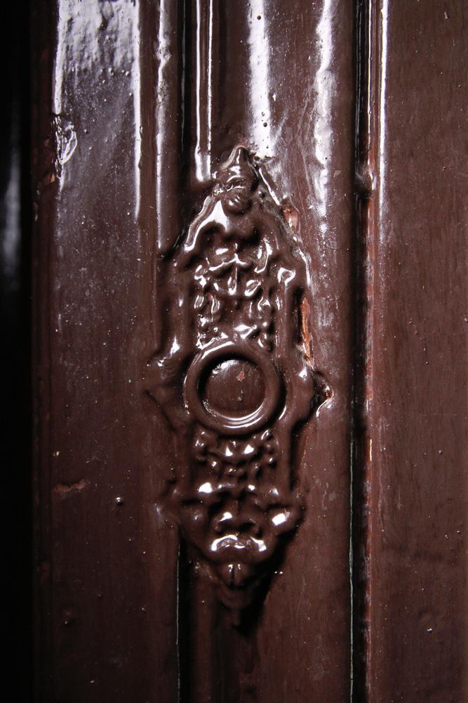 Brzeska 4 - pozostałość po dawnym dzwonku (?)