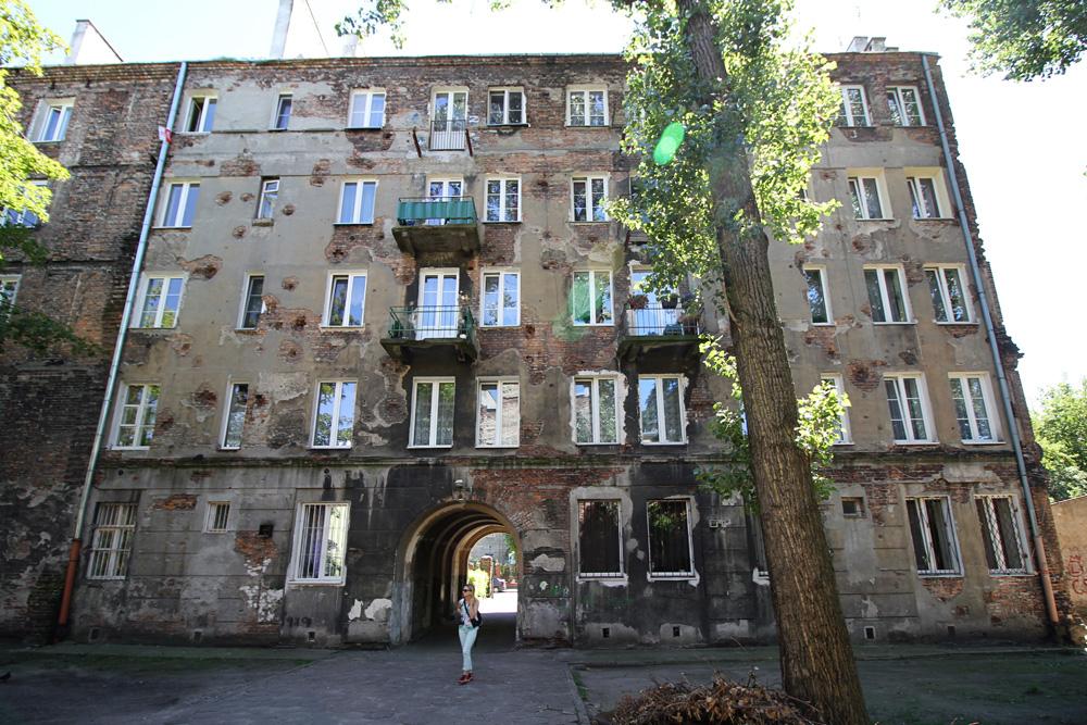 Wileńska 59 - ślady po pociskach na ścianach budynku od strony podwórza.