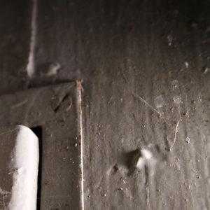 Jeden ze znalezionych w kamienicy śladów po mezuzie.