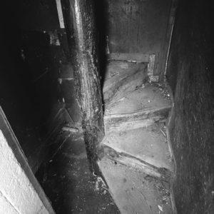 Nigdy jeszcze nie widziałam tak wąskich schodów.