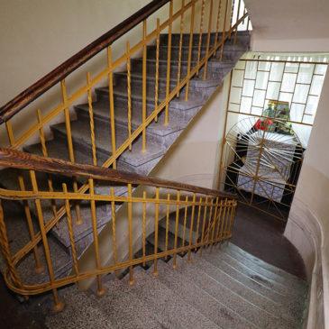 Konopacka 18 – Kapliczka naklatce schodowej