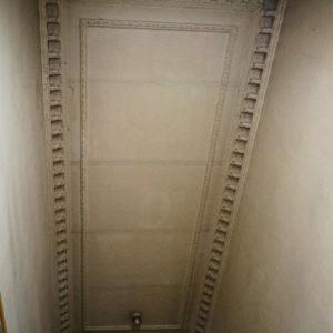 Sufit naostatnim piętrze frontowej klatki schodowej. Według mnie prawdopodobne jest, żepodfarbą są zakryte dawne polichromie (spod farby przebijają trzy okrągłe kształty)