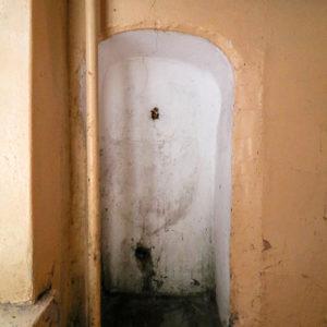 Wnęka najednej zklatek schodowych woficynie. Wydaje mi się, żemogła się tu kiedyś znajdować umywalka.